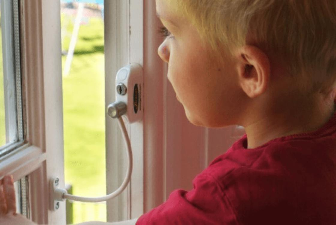 Почему следует выполнить установку детских замков на пластиковые окна?